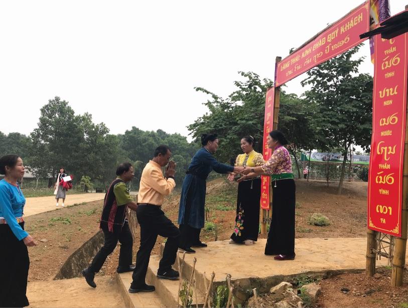 """Cộng đồng các dân tộc đang hoạt động hàng ngày tại """"Ngôi nhà chung"""" đến làng Thái chúc mừng năm mới."""
