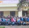 Các bạn sinh viên chụp ảnh lưu niệm cùng các em nhỏ tại Sảng Mộc.