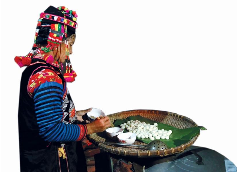 """Bánh trôi """"chà lẹ"""" làm từ nguyên liệu bột nếp nương để thờ cúng gia tiên trong những ngày Tết."""