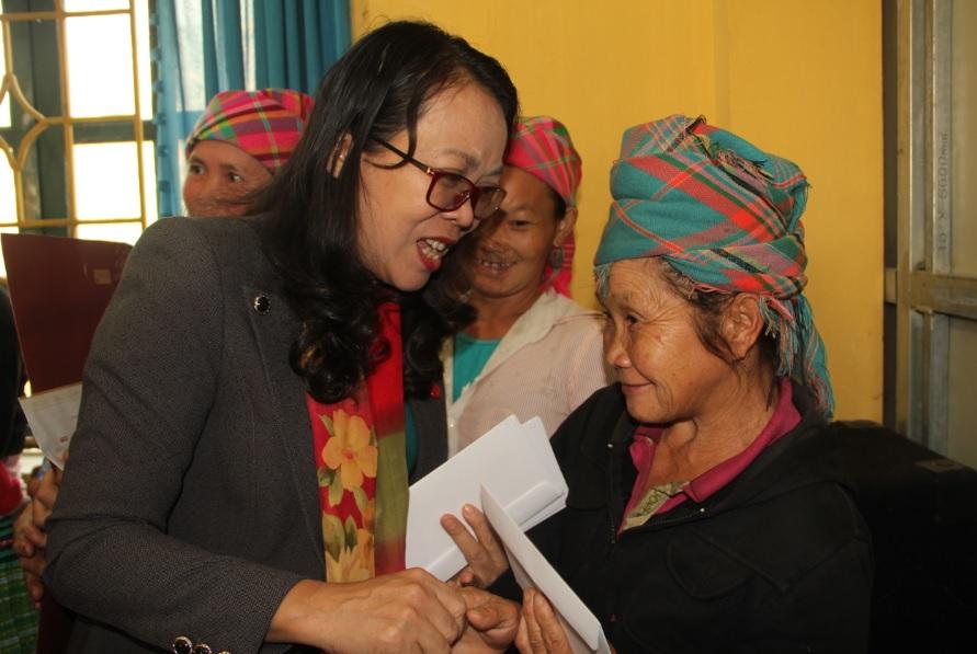 Thứ trưởng tặng quà cho các hộ nghèo xã Suối Bu