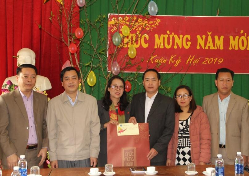 Tặng quà cho cấp ủy, chính quyền xã Suối Bu