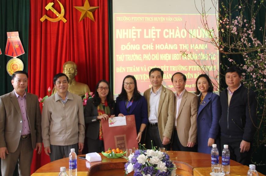 Thứ trưởng Hoàng Thị Hạnh thăm và chúc tết trường PTDTNT huyện Văn Chấn