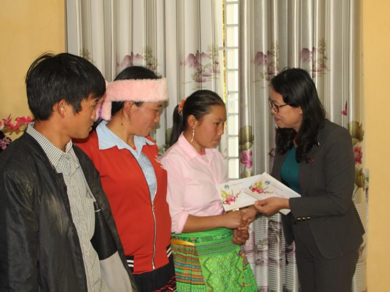 Tặng quà tết cho các hộ nghèo ở xã Bản Mù, huyện Trạm Tấu