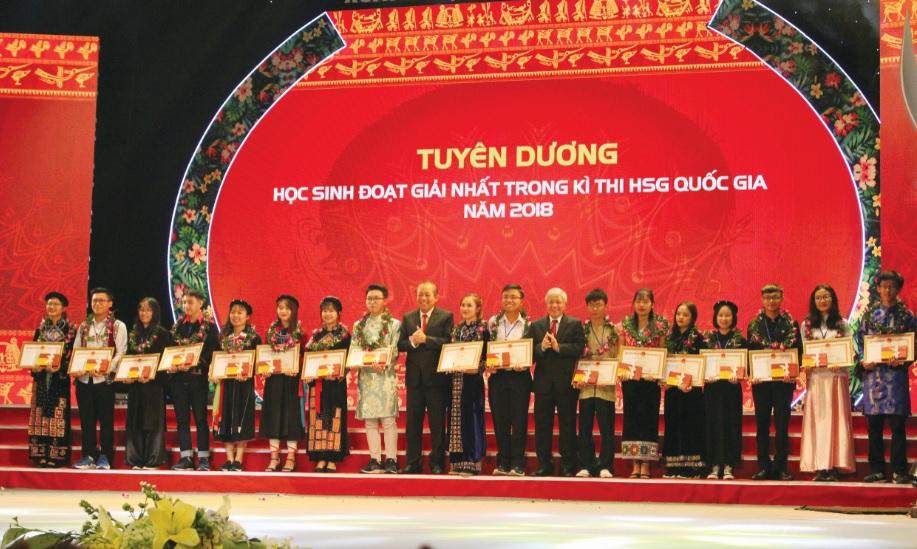 Phó Thủ tướng thường trực Chính phủ Trương Hòa Bình và Bộ trưởng, Chủ nhiệm Ủy ban Dân tộc Đỗ Văn Chiến tặng Bằng khen cho các em học sinh, sinh viên DTTS xuất sắc, tiêu biểu tại Lễ Tuyên dương năm 2018.