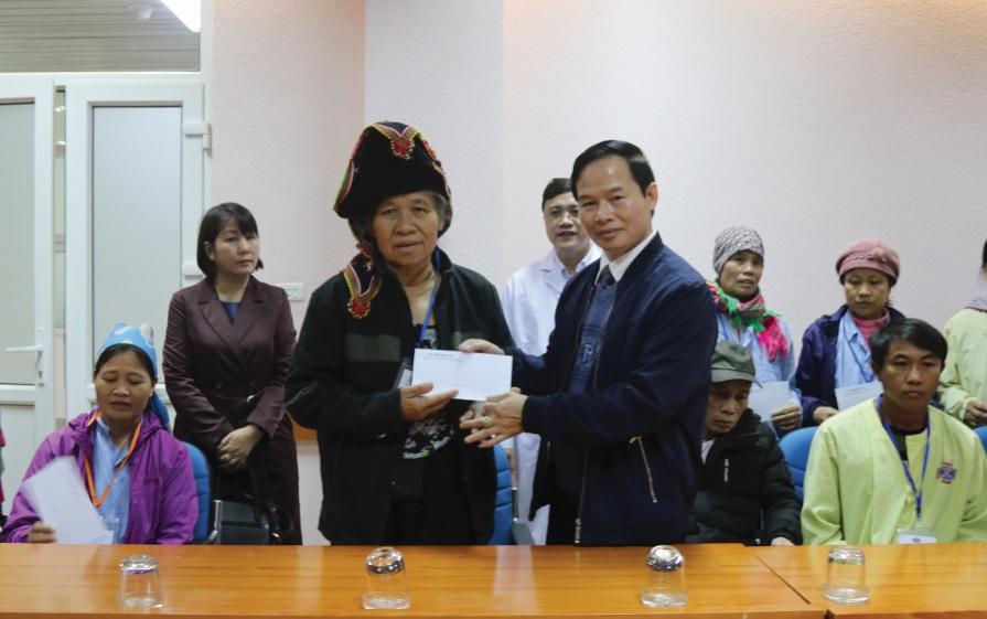 Ông Nguyễn Quang Đức trao quà cho bệnh nhân ở Bệnh viện K, cơ sở Tân Triều.