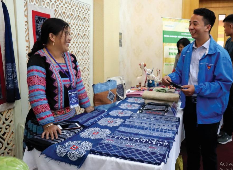 Chị Sùng Y Xía giới thiệu những sản phẩm dệt thủ công của người Mông tại một chương trình về khởi nghiệp.