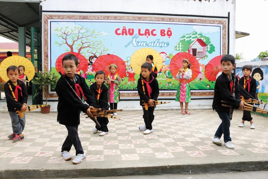 Học sinh Trường Tiểu học xã Quyết Tiến, huyện Quản Bạ học múa khèn Mông.