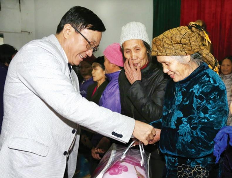 Tổng Giám đốc Dương Quyết Thắng tặng quà Tết cho các hộ nghèo, gia đình chính sách trên địa bàn huyện Nguyên Bình (Cao Bằng).