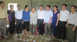 Lãnh đạo huyện Lục Yên thăm và chúc Tết hộ nghèo được hỗ trợ làm nhà ở.