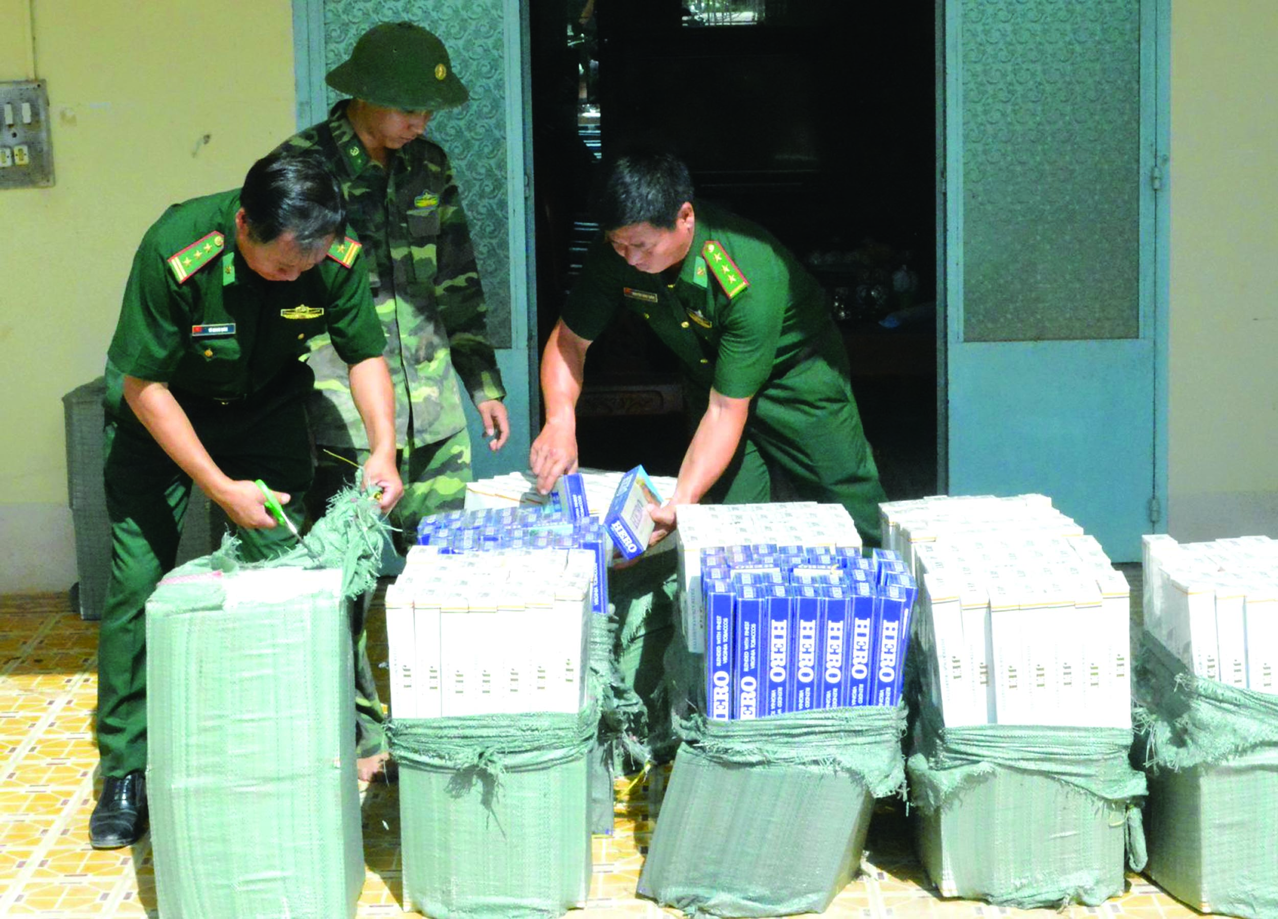 Bộ đội Biên phòng Tây Ninh thu giữ hàng trăm bao thuốc lá nhập lậu.