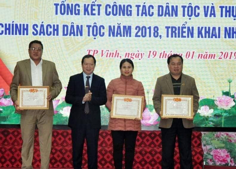Ông Lương Thanh Hải, Trưởng Ban Dân tộc tỉnh trao Giấy khen cho các đơn vị.