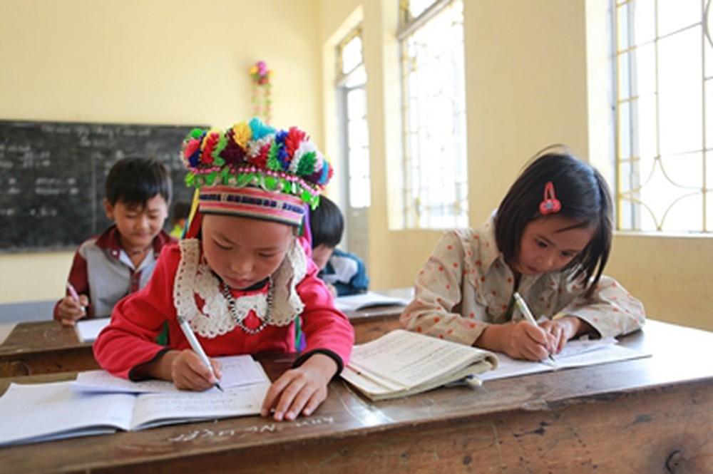 Trẻ em DTTS ở huyện Tam Đường, Lai Châu được học bằng cả tiếng Việt và tiếng mẹ đẻ.
