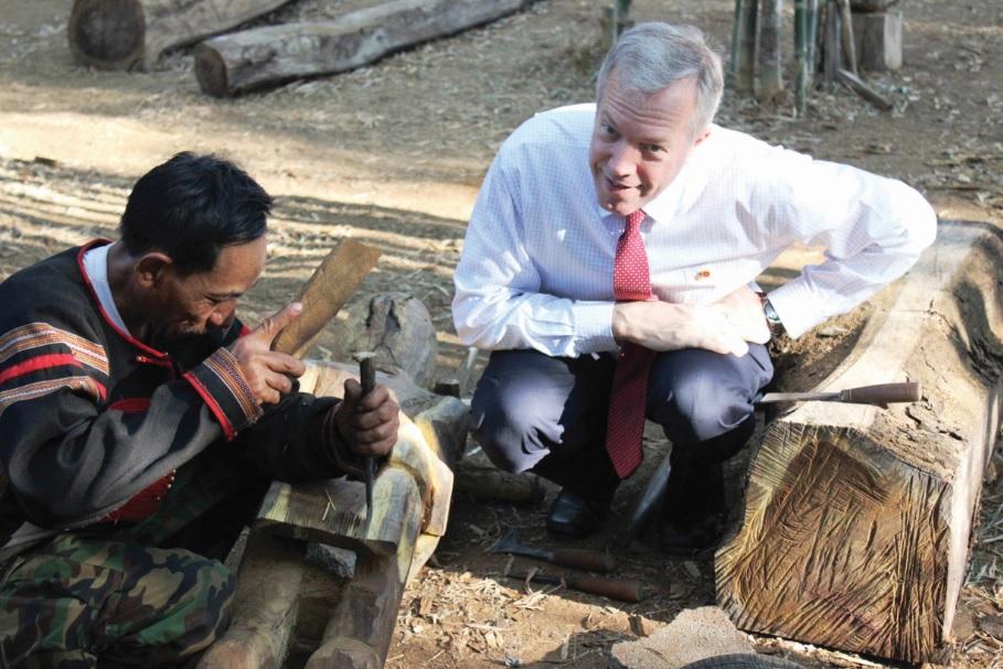 Nghệ thuật tạc tượng được giới thiệu đến nguyên Đại sứ Mỹ tại Việt Nam-Ông Ted Osius.