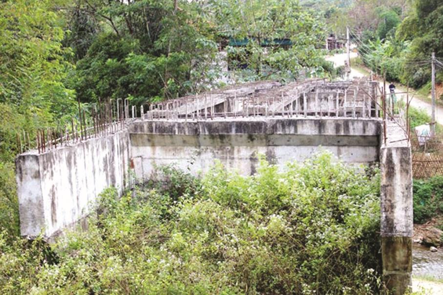 """Cầu Na Pì (Liêm Thủy, Na Rì) không có giá trị sử dụng nên ĐT256 phải """"lượn mềm mại"""" để tránh."""