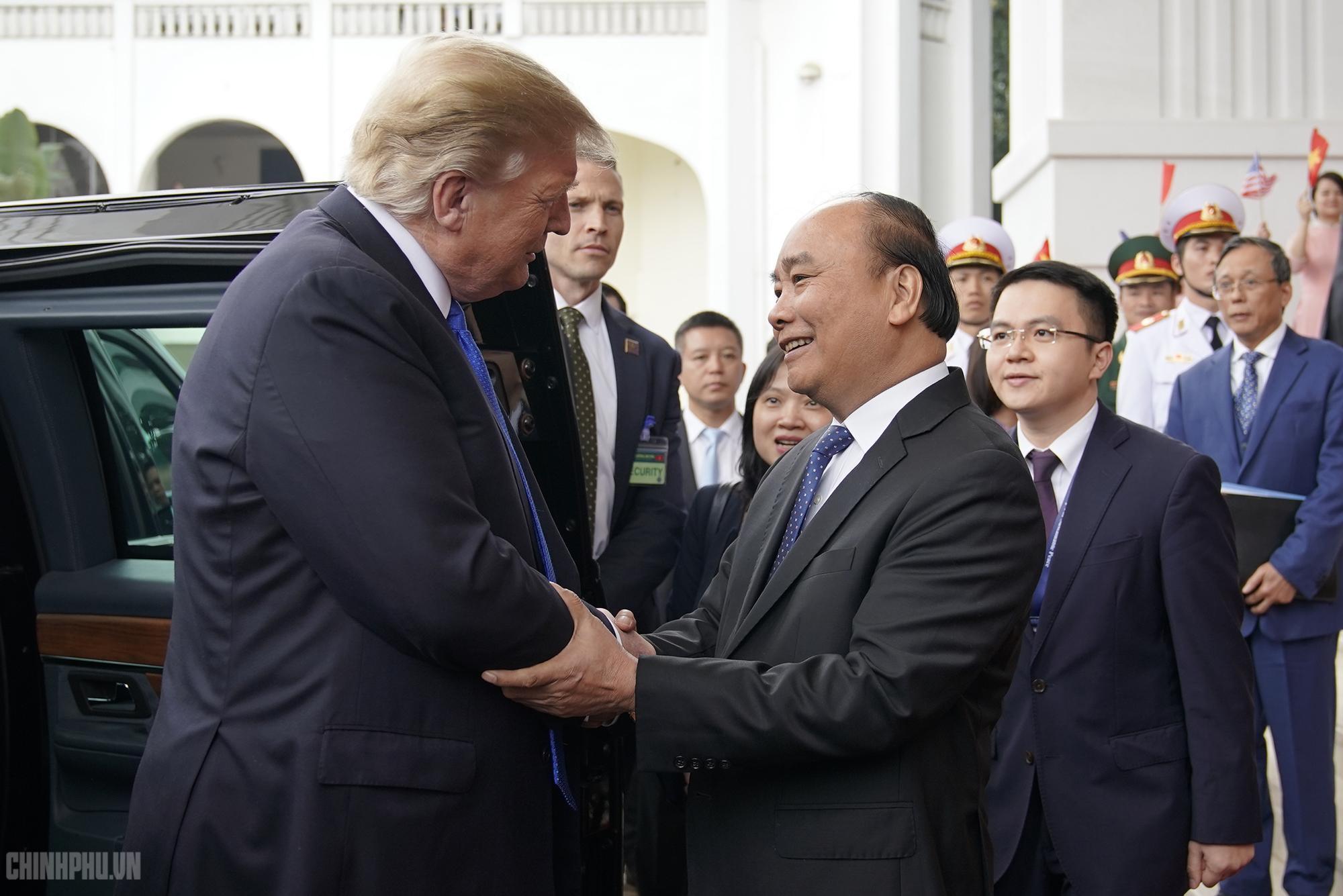 Thủ tướng đón Tổng thống Donald Trump. Ảnh: VGP/Quang Hiếu