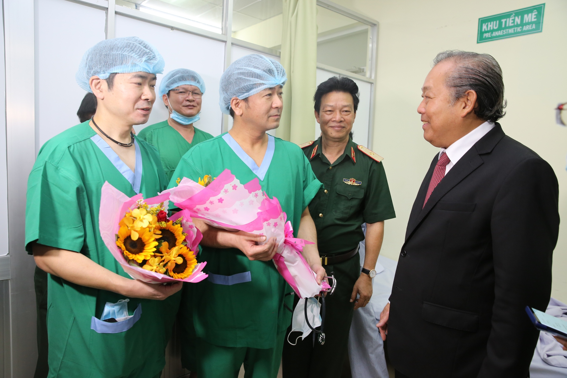 Phó Thủ tướng Thường trực Chính phủ Trương Hòa Bình nói chuyện với các chuyên gia phẫu thuật lồng ngực thuộc Trung tâm Y tế toàn cầu Nhật Bản đến chuyển giao kỹ thuật phẫu thuật lồng ngực cho Bệnh viện Quân y 175. Ảnh: VGP/Mạnh Hùng