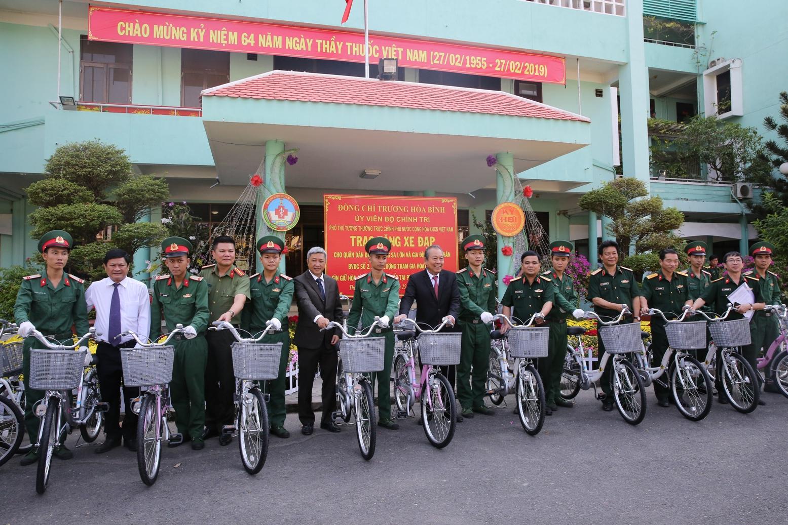 Phó Thủ tướng Thường trực Chính phủ Trương Hòa Bình trao tặng 50 chiếc xe đạp cho quân dân đảo Trường Sa lớn và gia đình và gia đình các quân nhân của Bệnh viện dã chiến số 2.1 thực hiện nhiệm vụ tại Nam Sudan. Ảnh: VGP/Mạnh Hùng