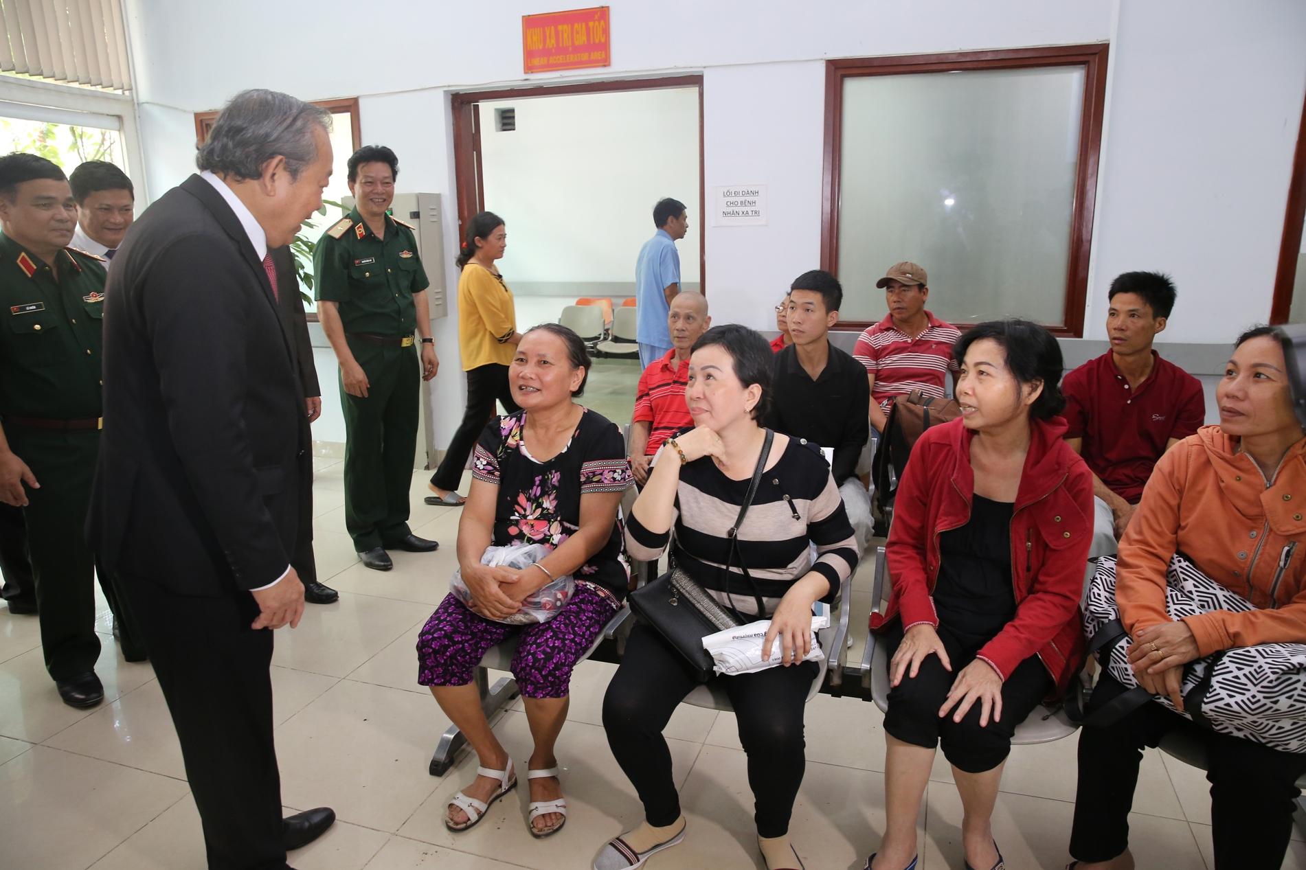 Phó Thủ tướng Thường trực Chính phủ Trương Hòa Bình thăm hỏi bệnh nhân tại Trung tâm Ung bướu, Bệnh viện Quân y 175. Ảnh: VGP/Mạnh Hùng