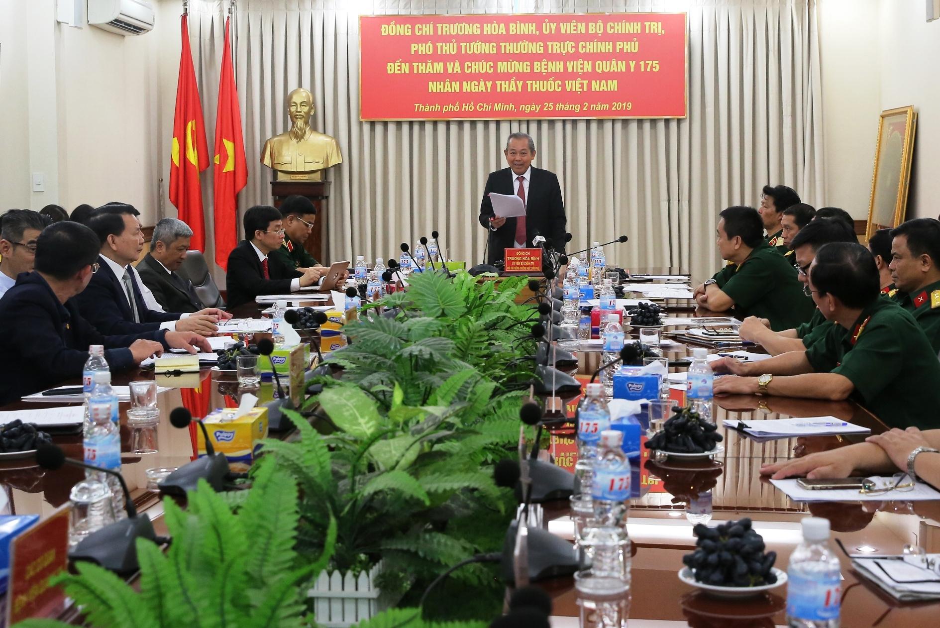 Phó Thủ tướng Thường trực Chính phủ Trương Hòa Bình làm việc với Ban Giám đốc và lãnh đạo các khoa, phòng Bệnh viện Quân y 175. Ảnh: VGP/Mạnh Hùng