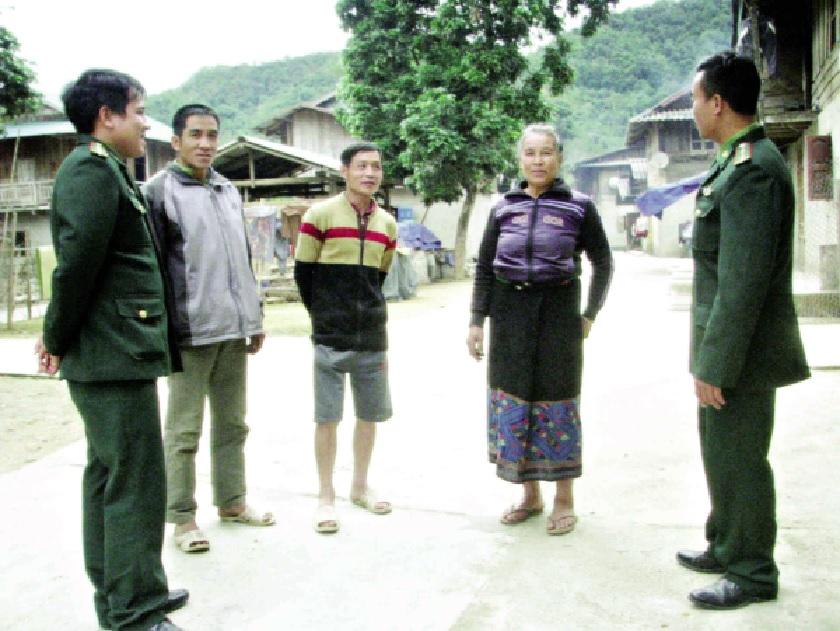 Bà Lò Thị Phênh (thứ hai từ phải qua) cho biết: Bây giờ, việc đi lại, của người dân để thăm nom chia sẻ khi vui khi buồn được dễ dàng hơn trước.