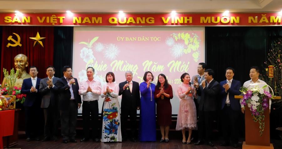 2.Bộ trưởng, Chủ nhiệm Ủy ban Dân tộc Đỗ Văn Chiến và các Thứ trưởng, Phó Chủ nhiệm Ủy ban Dân tộc tham gia chương trình văn nghệ tạo nên không khí vui tươi, phấn khởi, đoàn kết.
