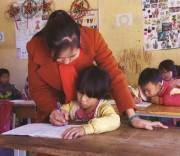 Cô giáo Đào Thị Hiền hướng dẫn học trò viết chữ.