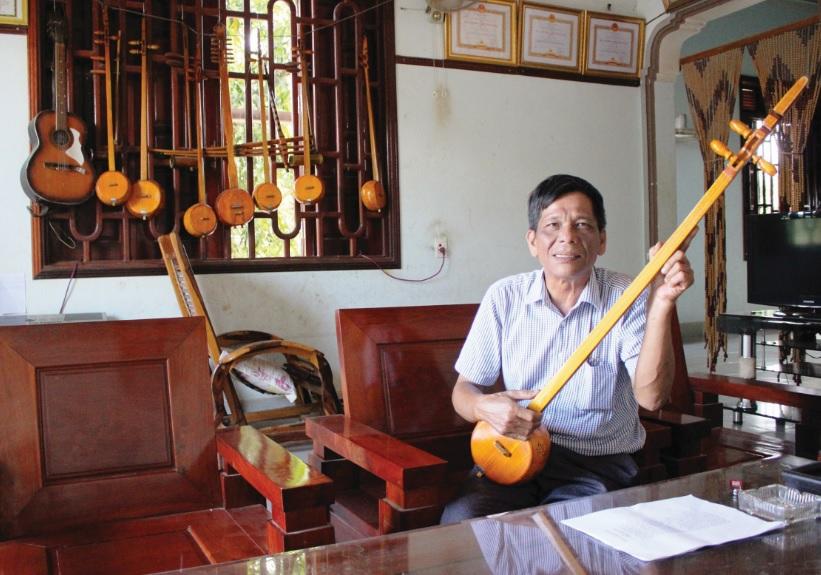 Nghệ nhân Nông Văn Hưu hát Then chào khách.