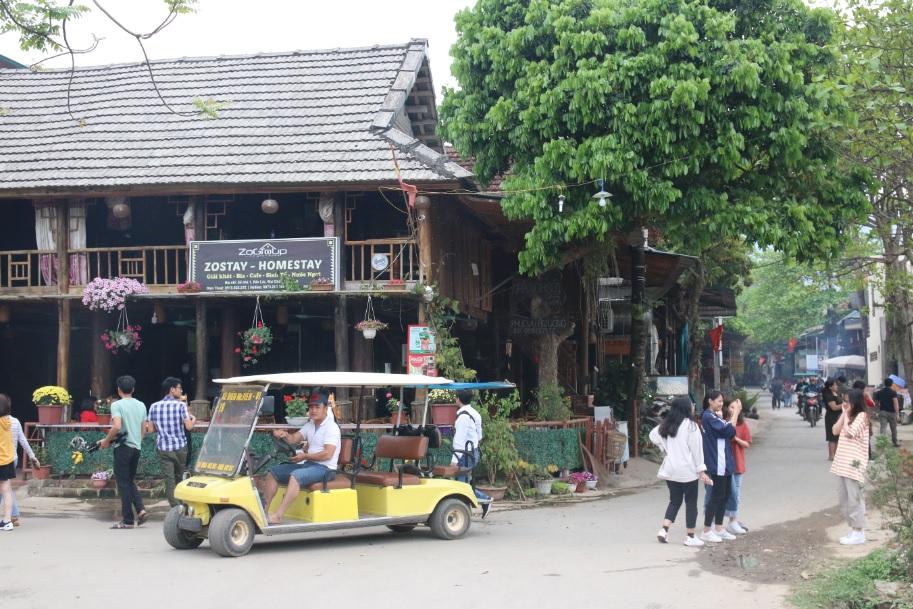 Cuối tuần là thời điểm tập trung rất đông du khách thăm quan du lịch.
