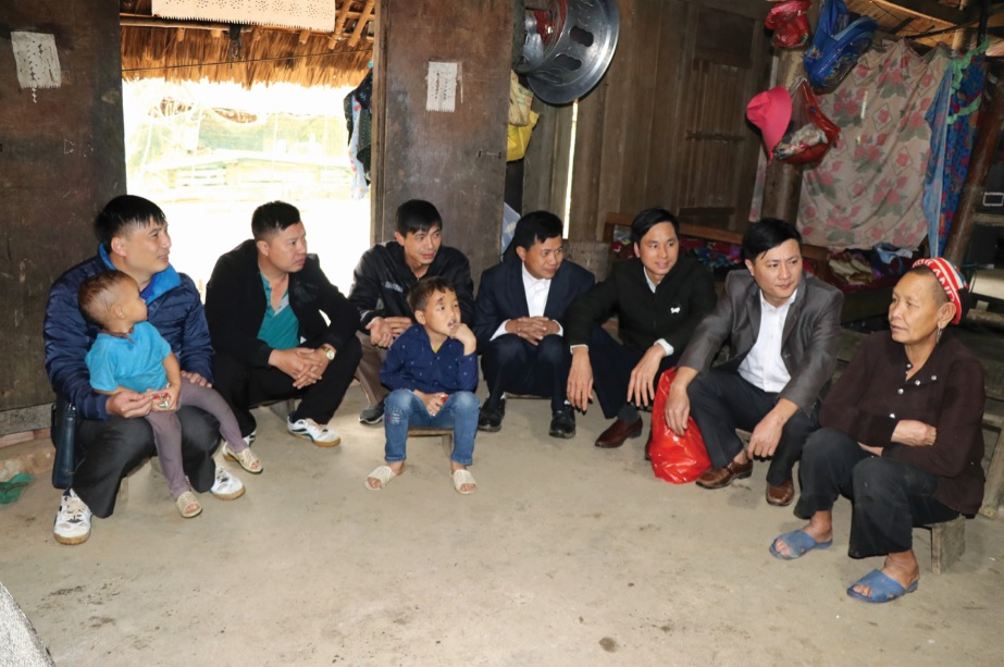 Các giáo viên đến thăm, tặng quà và trò chuyện với các gia đình có hoàn cảnh khó khăn.