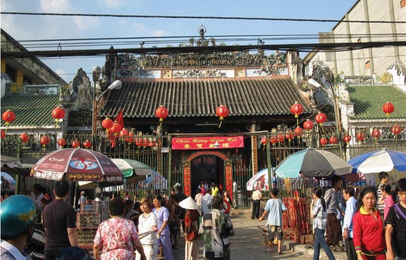 Chùa bà Thiên Hậu (quận 5) là nơi người Hoa thường đến vào ngày mùng Một để cầu bình an, may mắn, làm ăn suôn sẻ cho cả năm.