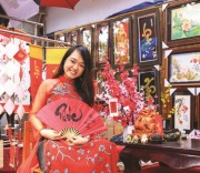 Thiếu nữ dân tộc Hoa duyên dáng trong bộ trang phục truyền thống.