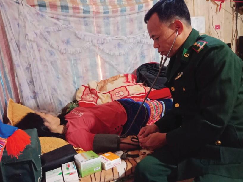 Bác sĩ quân y Tạ Đức Mạnh thăm khám bệnh cho bà con xã Chiềng Tương