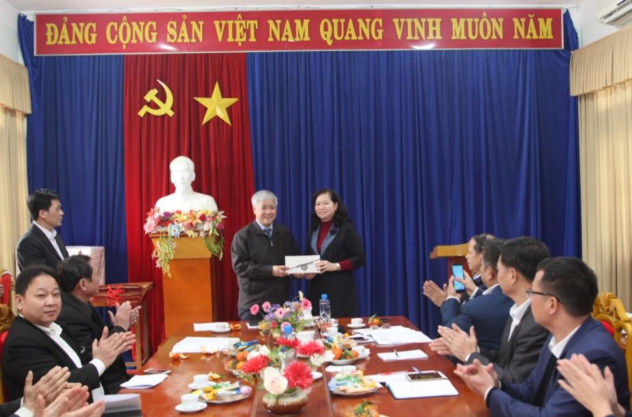 Bộ trưởng, Chủ nhiệm Ủy ban Dân tộc Đỗ Văn Chiến tặng 50 triệu đồng cho huyện Na Rì (Bắc Kạn) trong chuyến thăm và làm việc ngày 27/1, nhân dịp Tết Nguyên đán 2019. Ảnh: Sỹ Hào