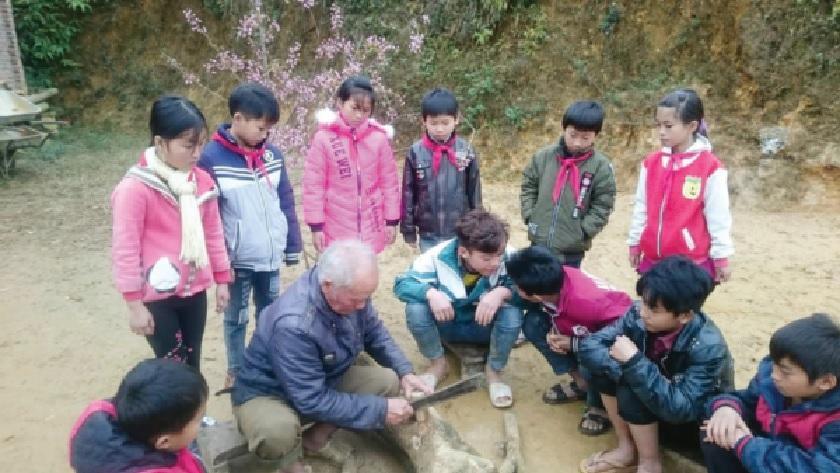 Ông Lý Seo Hồ trò chuyện với các bạn trẻ về trò chơi truyền thống của người Mông.