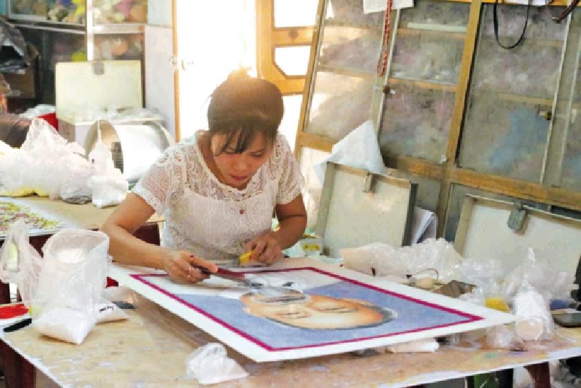 Thợ gắn đá quý tỉ mỉ hoàn thiện bức tranh chân dung Bác Hồ.