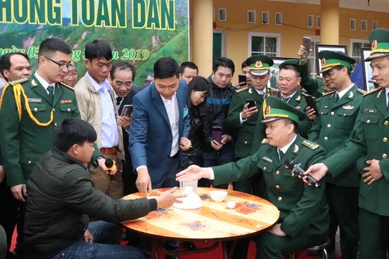 """Trò chơi """"Lạy cỏ"""" của đồng Tày_ Nùng được đông đảo cán bộ, chiến sỹ BĐBP Lạng Sơn cùng nhân dân tham gia và cổ vũ."""