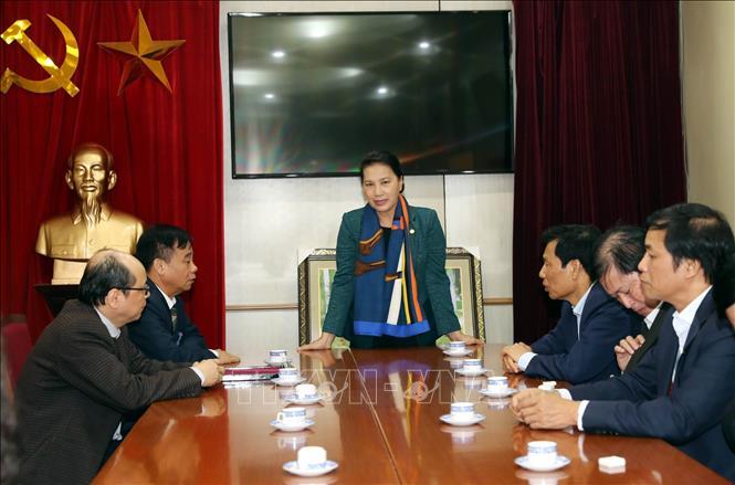 Chủ tịch Quốc hội chúc Tết cán bộ, nhân viên thuộc khu Di tích Chủ tịch Hồ Chí Minh tại Phủ Chủ tịch. Ảnh: TTXVN