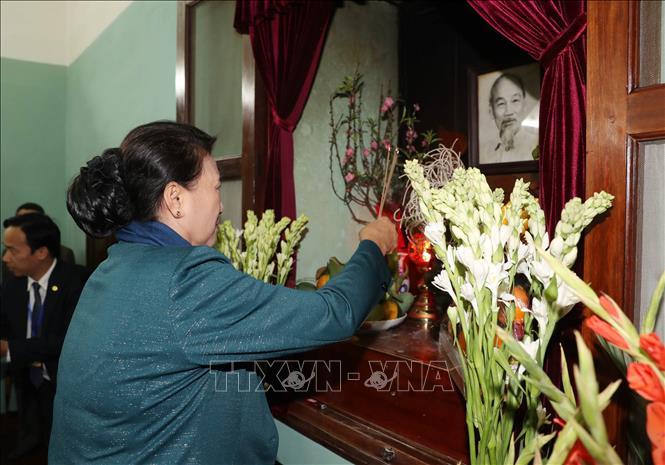 Chủ tịch Quốc hội Nguyễn Thị Kim Ngân dâng hương tưởng niệm Chủ tịch Hồ Chí Minh tại Nhà 67. Ảnh: TTXVN