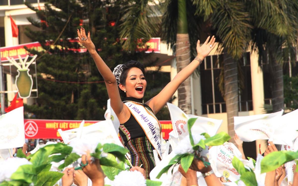 Top 5 Hoa hậu Hoàn vũ thế giới năm 2018 H Hen Niê tham gia Lễ hội đường phố.