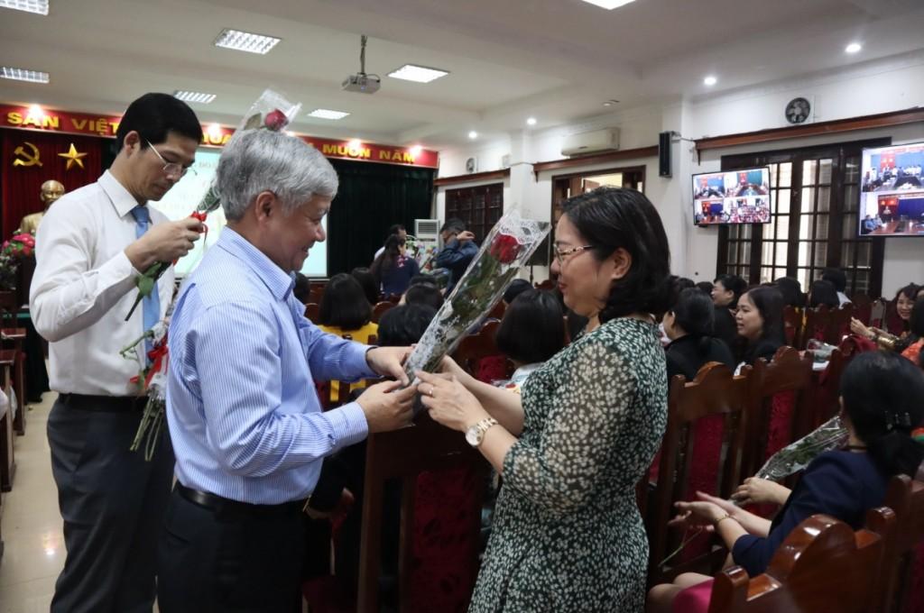 Bộ trưởng, Chủ nhiệm Đỗ Văn Chiến tặng hoa cho công chức, viên chức, người lao động của Ủy ban Dân tộc