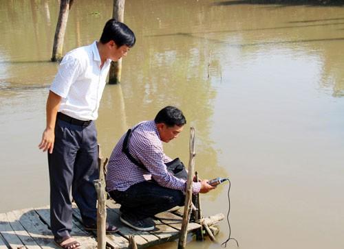Cán bộ ngành chức năng đo độ mặn trên sông ở Kiên Giang. Ảnh: Lĩnh Trần