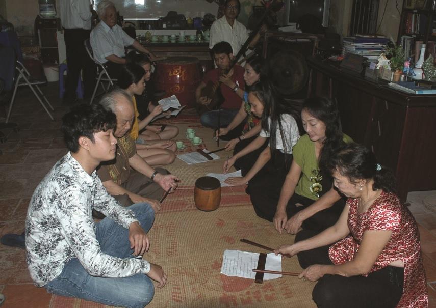 Nghệ nhân Phùng Thị Phương Hồng (người ngồi thứ hai bên phải) và các học viên Lớp học ca trù.