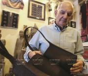 Nhà sưu tập Mark Rapoport với cổ vật Việt Nam
