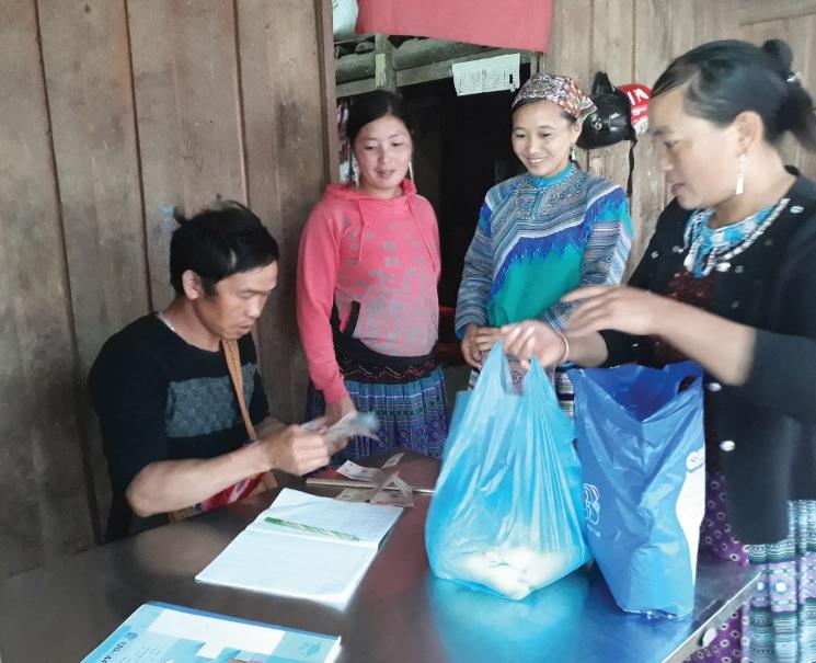 Người dân đến góp gạo, củi trong đám cưới của người Mông.