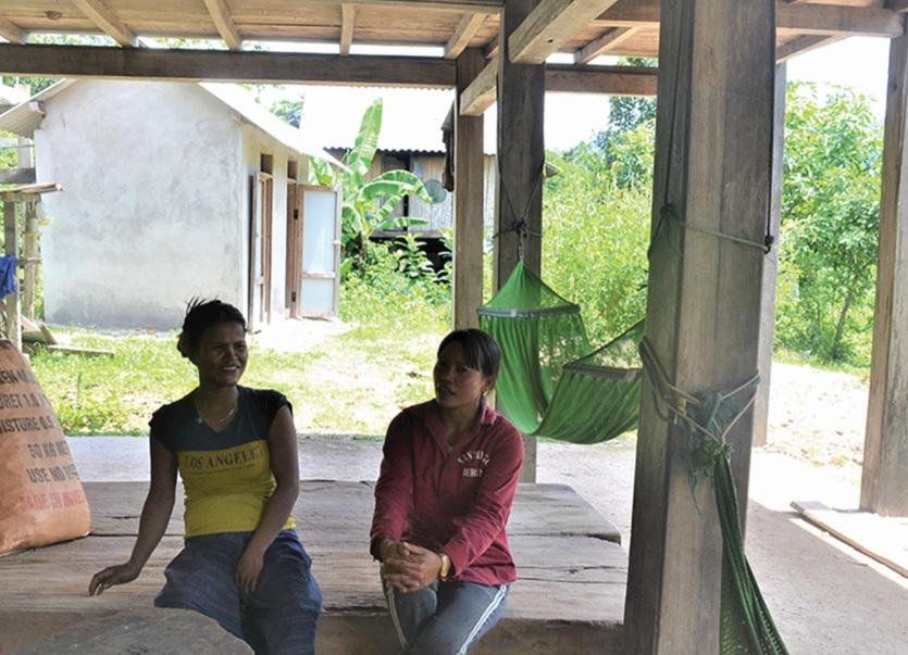 Chị Hồ Thị Men (bên phải) trao đổi với người dân về cách làm ăn để có thu nhập.
