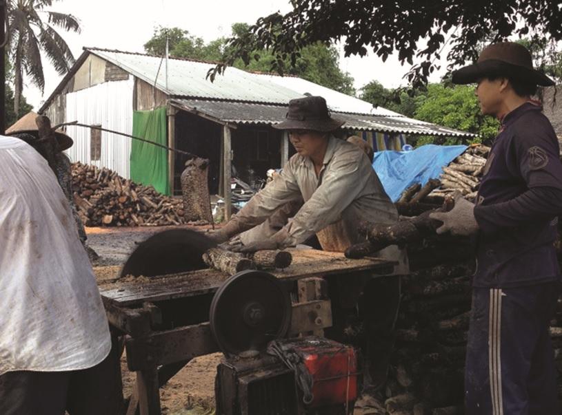 Những khúc gỗ chuẩn bị được đưa vào lò hầm than.