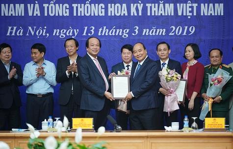 Thủ tướng tặng thư khen tập thể VPCP - Ảnh: VGP/Quang Hiếu