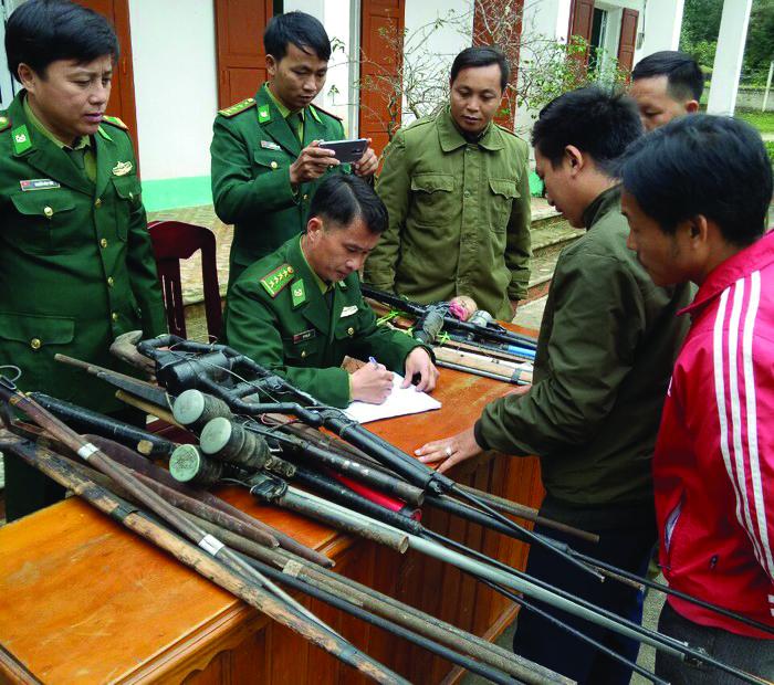 Nhờ tích cực vận động, tuyên truyền, nhiều người dân ở vùng cao Kỳ Sơn (Nghệ An) đã tự nguyện giao nộp súng tự chế cho bộ đội biên phòng. Ảnh TL