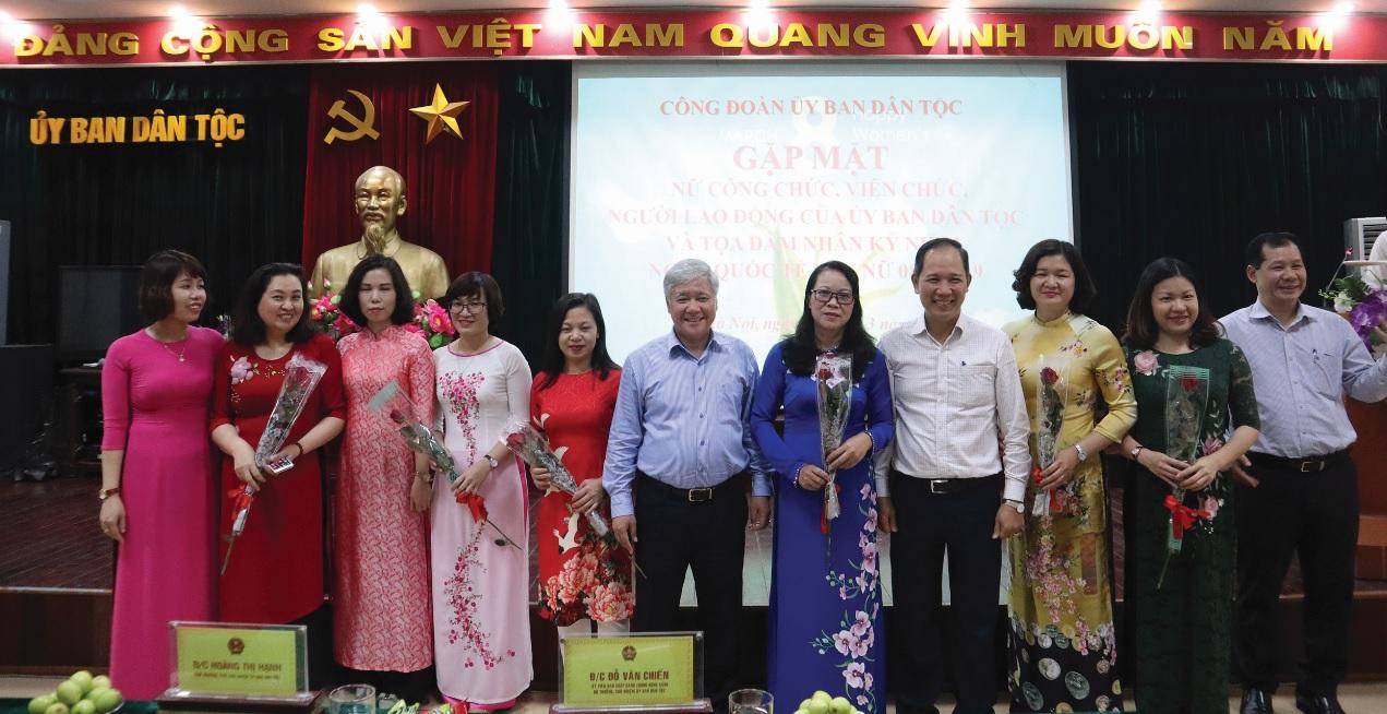 Bộ trưởng, Chủ nhiệm Đỗ Văn Chiến chụp ảnh lưu niệm cùng nữ cán bộ, công chức, viên chức, người lao động của Ủy ban Dân tộc.