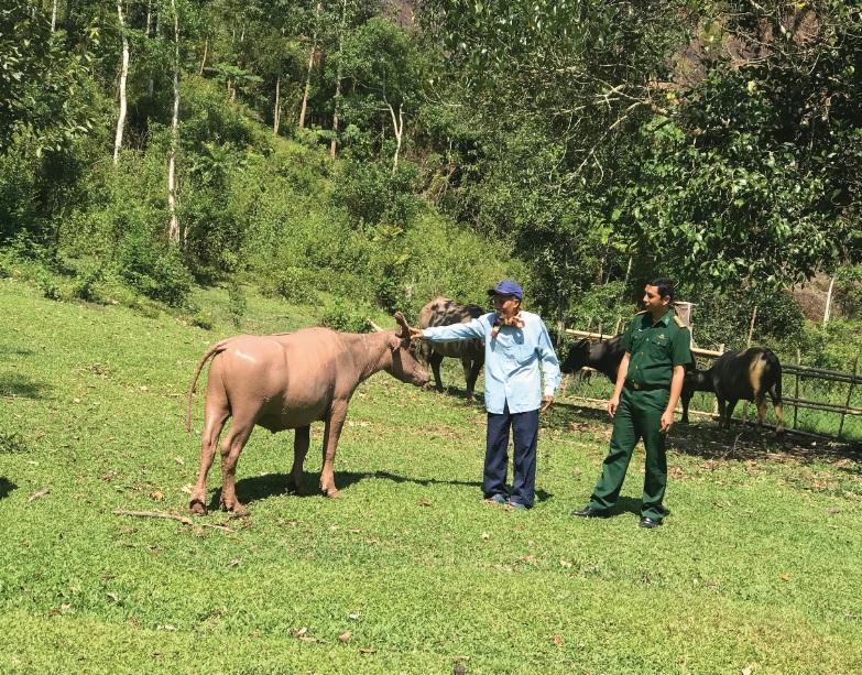 Ông Trần Thanh Vin, Bộ đội Biên phòng Cửa khẩu Nam Giang, Quảng Nam(bên phải) dược điều động về làm lãnh đạo UBND xã La Dêê, huyện Nam Giang, luôn gần gũi, động viên người dân.